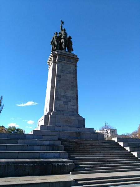 Паметникът на Съветската армия в София бе поруган с вандалски антисемитски надписи